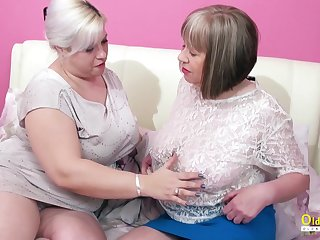 Oversexed mature lesbian George Gina gives a cunnilingus not far from aged make obsolete