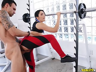 Horny dude gets laid with a sporty bitch pertinent down at a difficulty gym