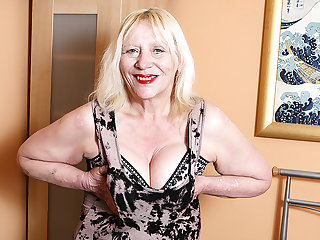 Raunchy British Housewife Playing Respecting Her Hairy Snatch - MatureNL