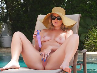 Horny wife Lisey loves pleasuring her pussy off out of one's mind the outdoors pool