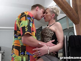 Full orgasms for the mature aunt after she puts some young cock in the brush ass